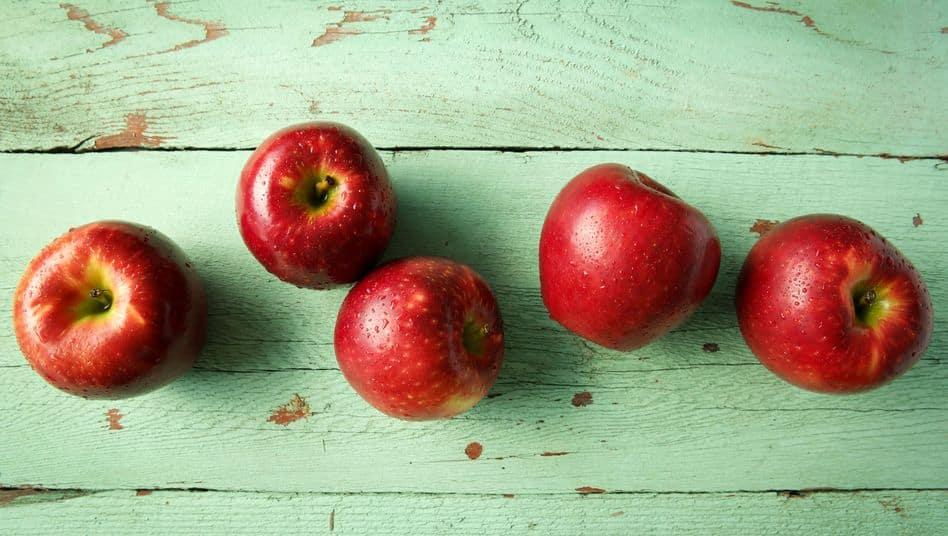 هل تعلم أنّك تخطىء عندما تأكل التفاح ؟