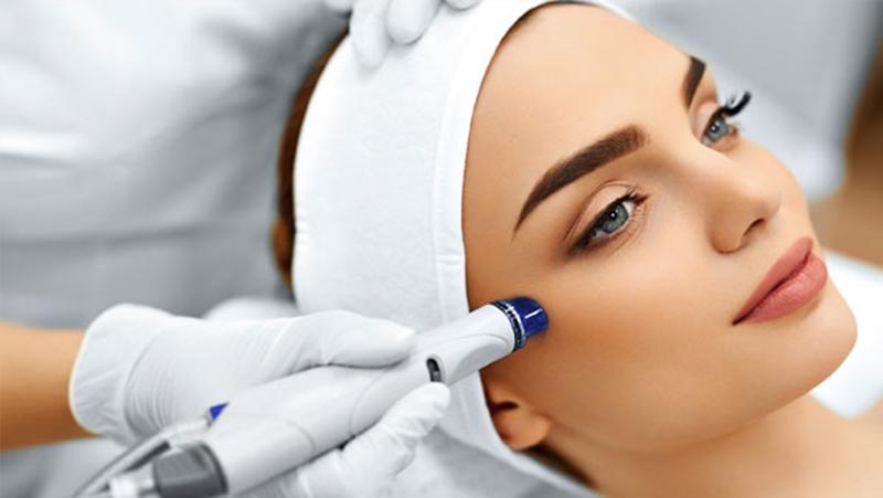 الهايدرافايشل HydraFacial : العلاج التجميلي الأكثر شيوعاً حول العالم